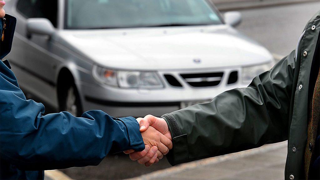 Kopa bil hos bilhandlare